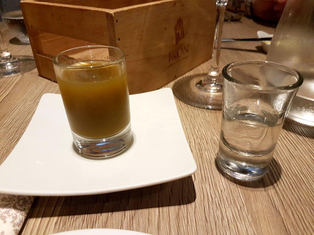 Fermenterad gurk shot med Vodka på Restaurang Ikon