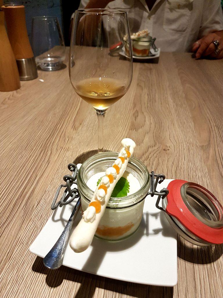 Färskost med handgjord Aprikossylt med en marängstav på Restaurang Ikon
