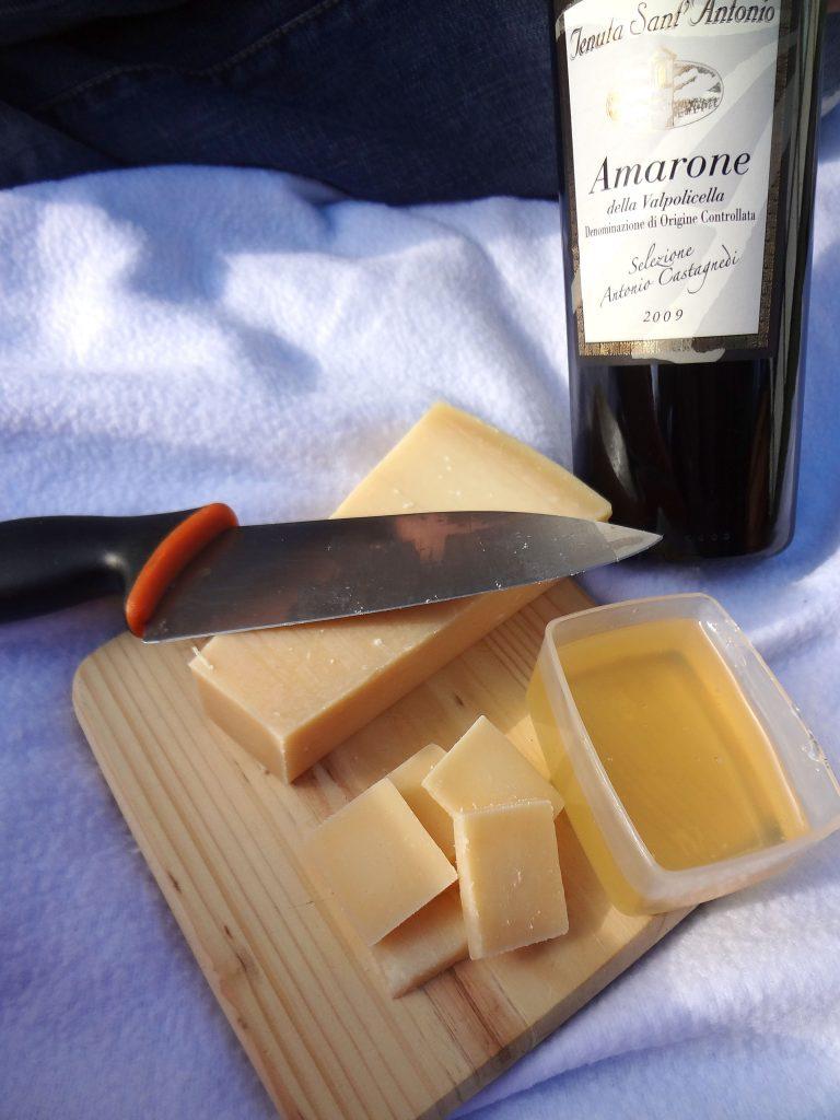Rött Italiensk Amarone vin till osten och honungen på picknicken