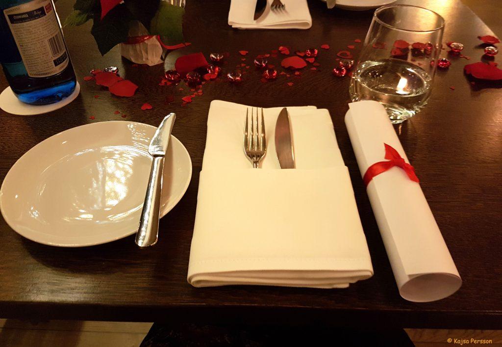 Bordet var dukat fint med menyn vid sidan om med siden snöre runt