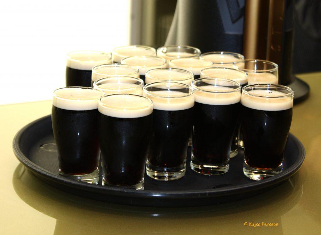Provglasen med Guinness på museumet i Dublin