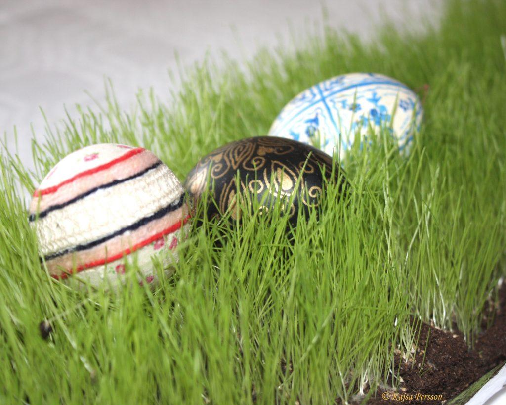 Påskägg i gräset