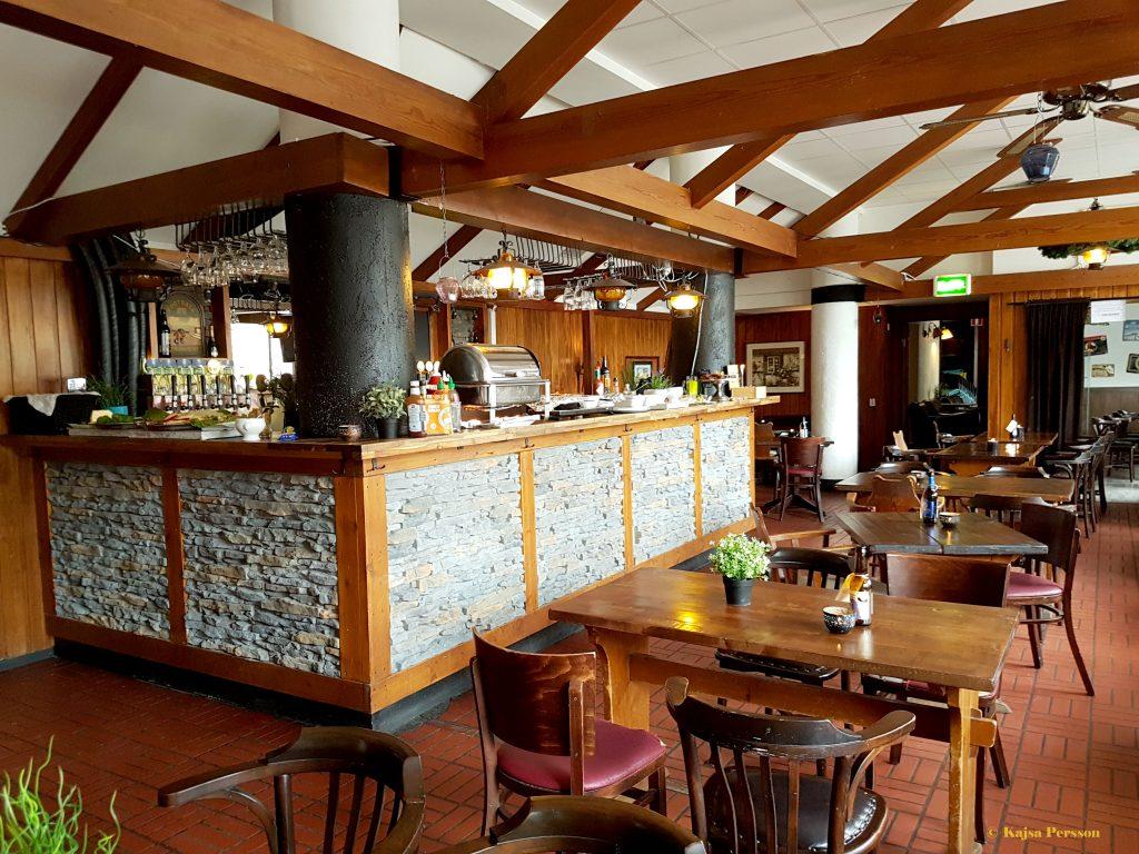 Brunchbuffen framdukad i baren hos Tröls Jins Kru