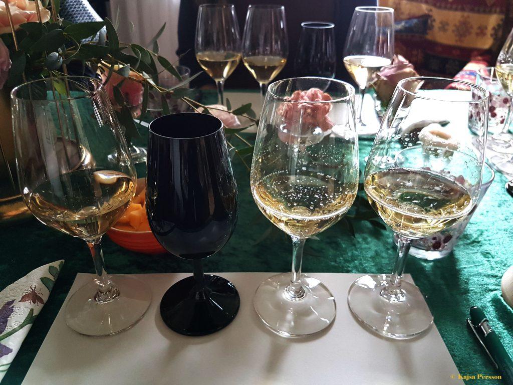 Champagne provning med ett svart glas