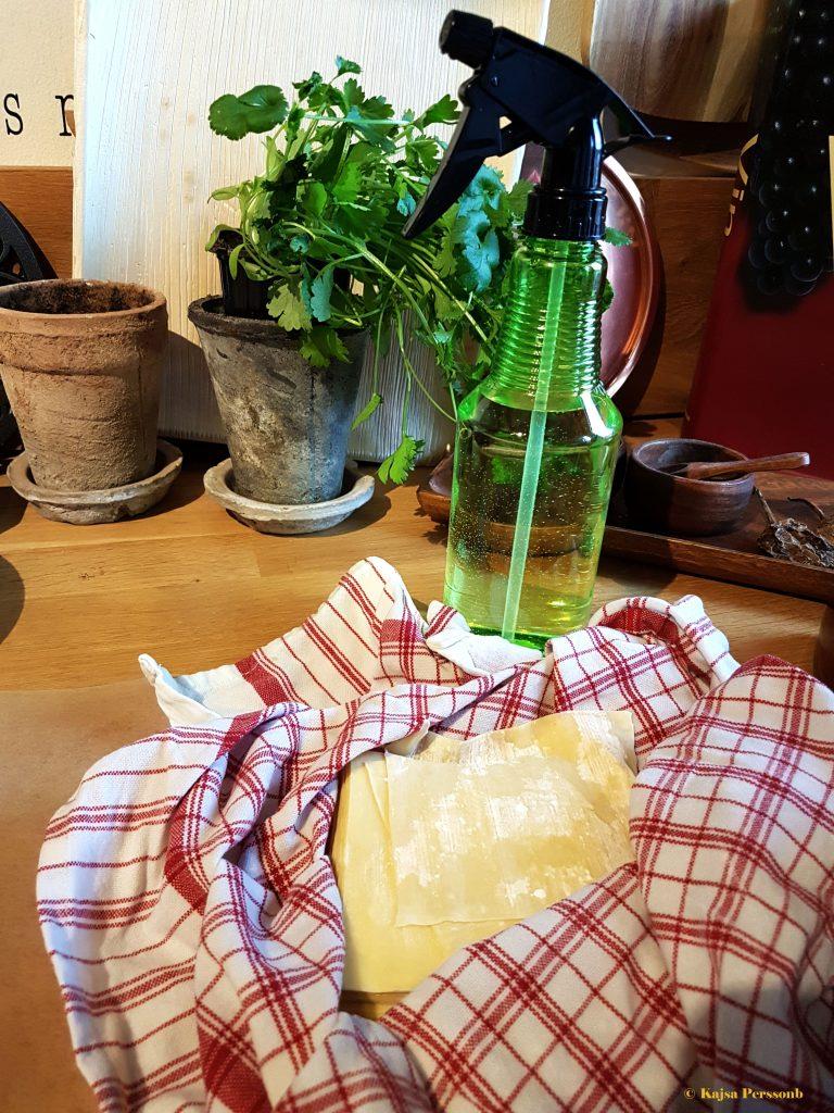 Håll wontonpastan fuktig med en sprayflaska