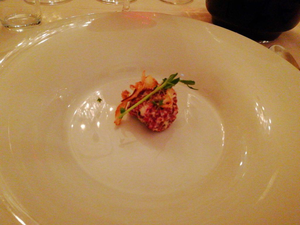 Jordärtskockssoppa med tartar på hemmarökt vildandsbröst och friterad silverlök