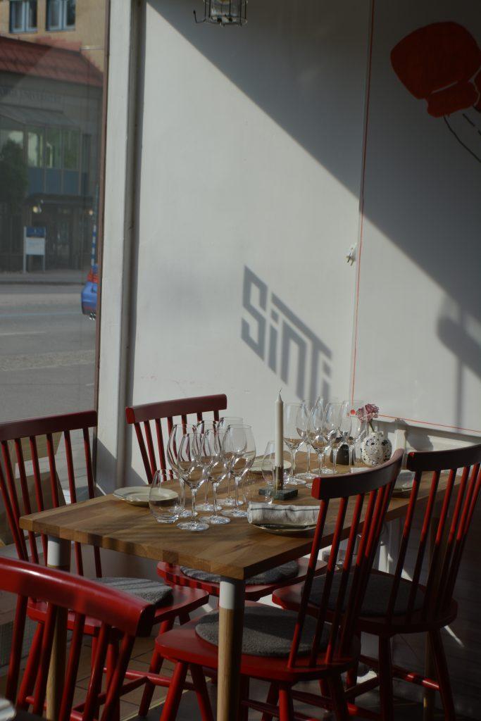 När solen står på lyser loggan på väggen på Sinti, Göteborg