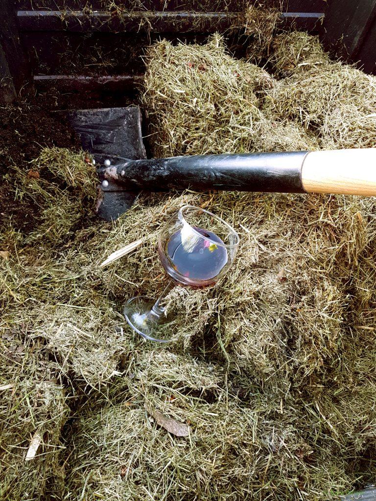 Häll lite rödvin i komposten och sätt fart på förmultningen
