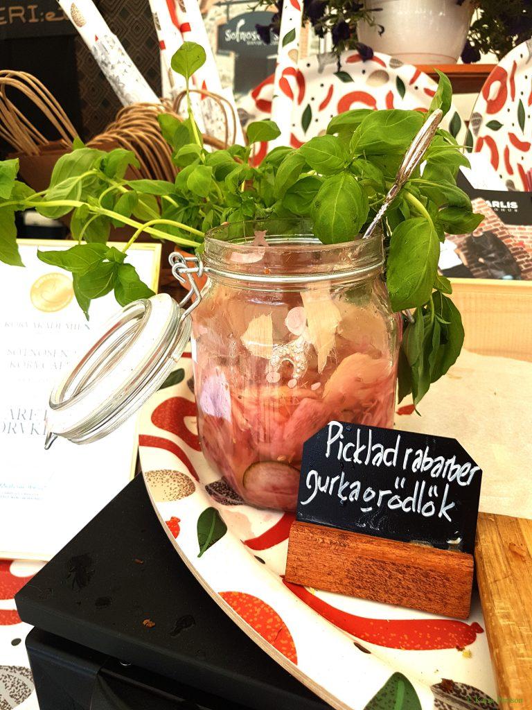 Picklade rabarber, gurka och rödlök