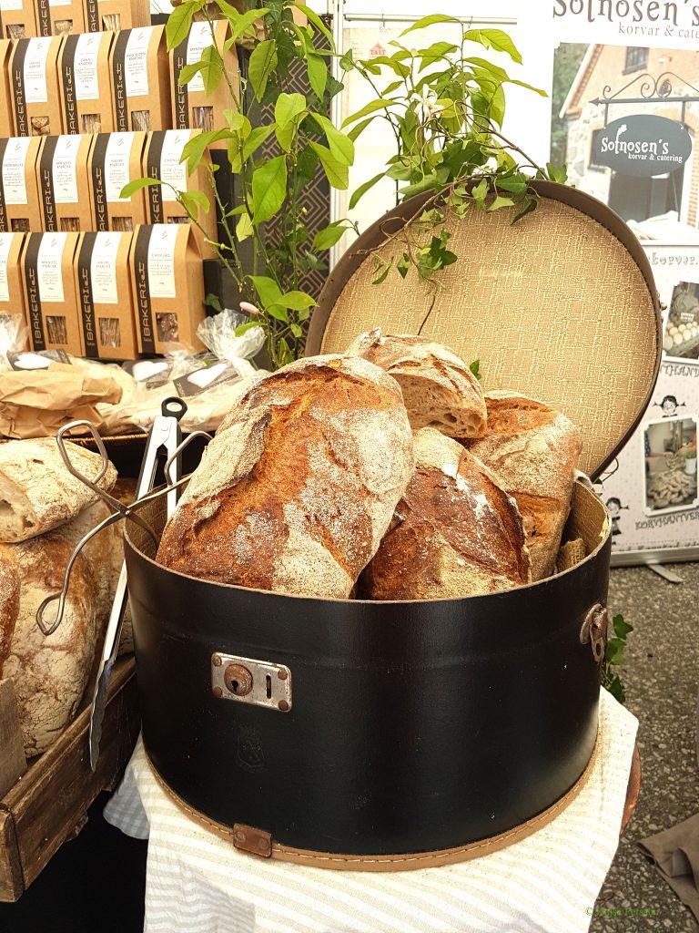Nybakat bröd i en hattask