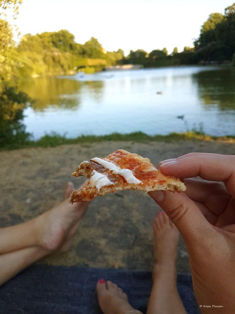Pizza med utsikt i parken