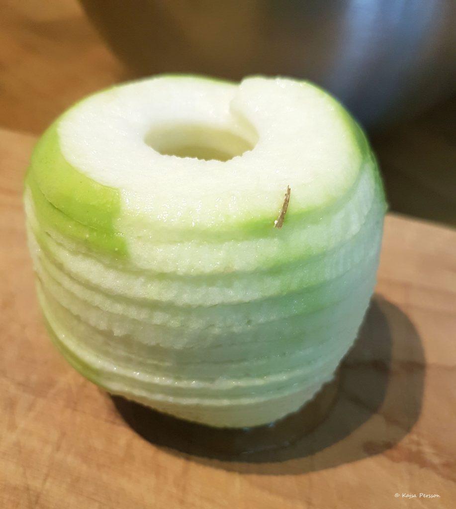 Perfekt delat äpple med äpplesvarv