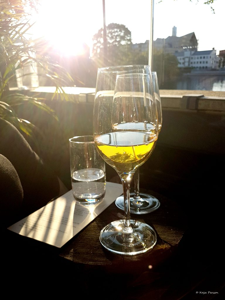 Avnjuter ett glas vitt på Ivar i kvällssolen