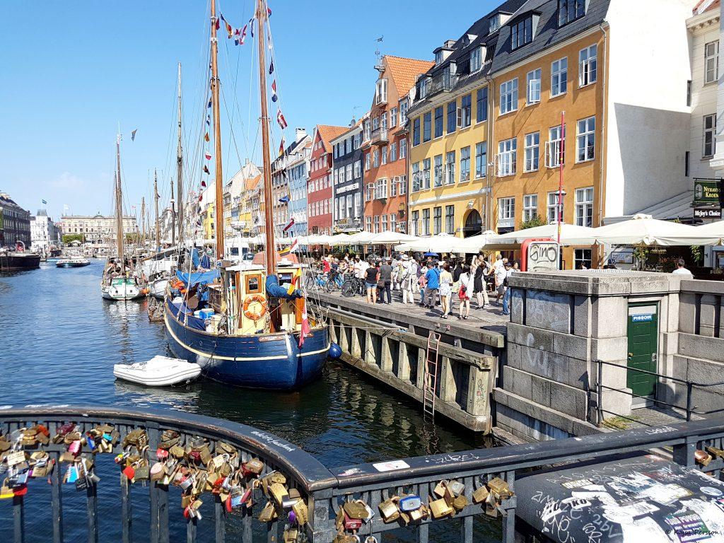 Livlig dag längst kajen vid Nyhavn, Köpenhamn