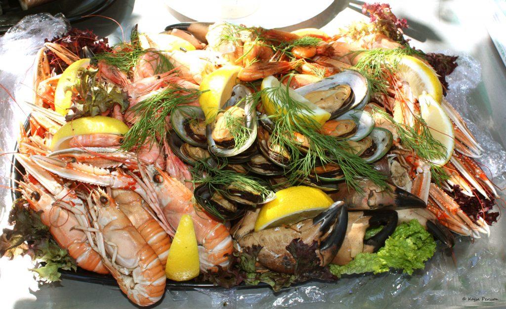 Skaldjurs fat med kräftor, musslor, räkor