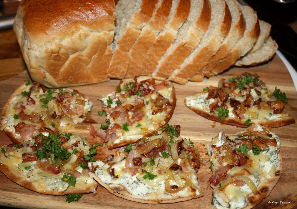 Supergoda pizza slicar med kantareller och västerbottenost