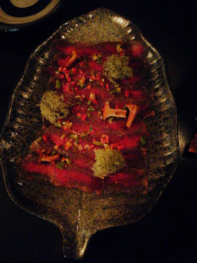Gravad hjortfilé med salsa och citrongräs på Que