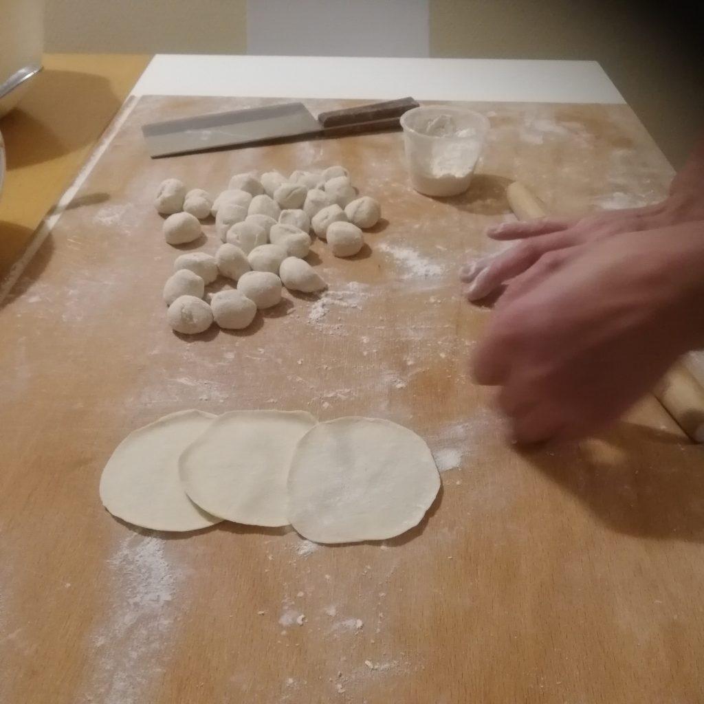 Dumplings deg som rullas som små bollar och sedan görs till runda plattor