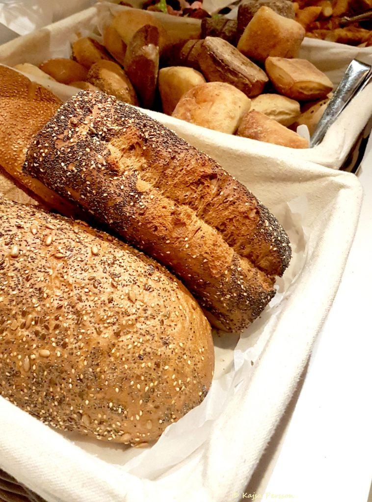 Uppbullat med bröd på hotellfrukosten