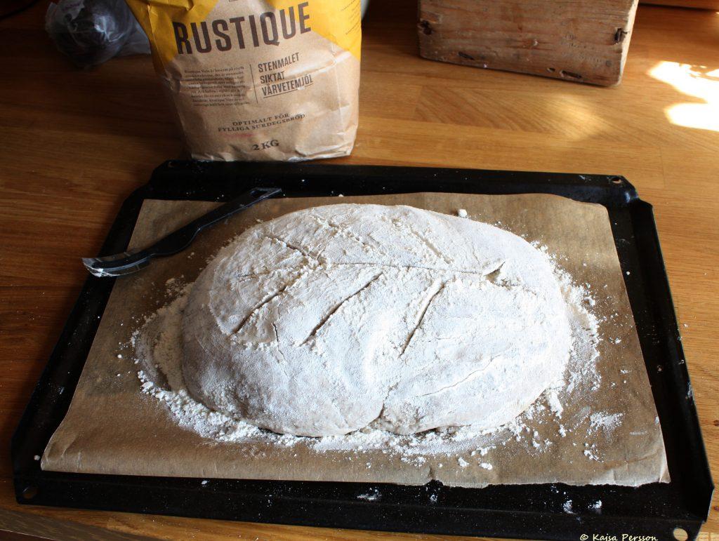 Brödet av surdeg får ett snyggt snitt med snittkniven