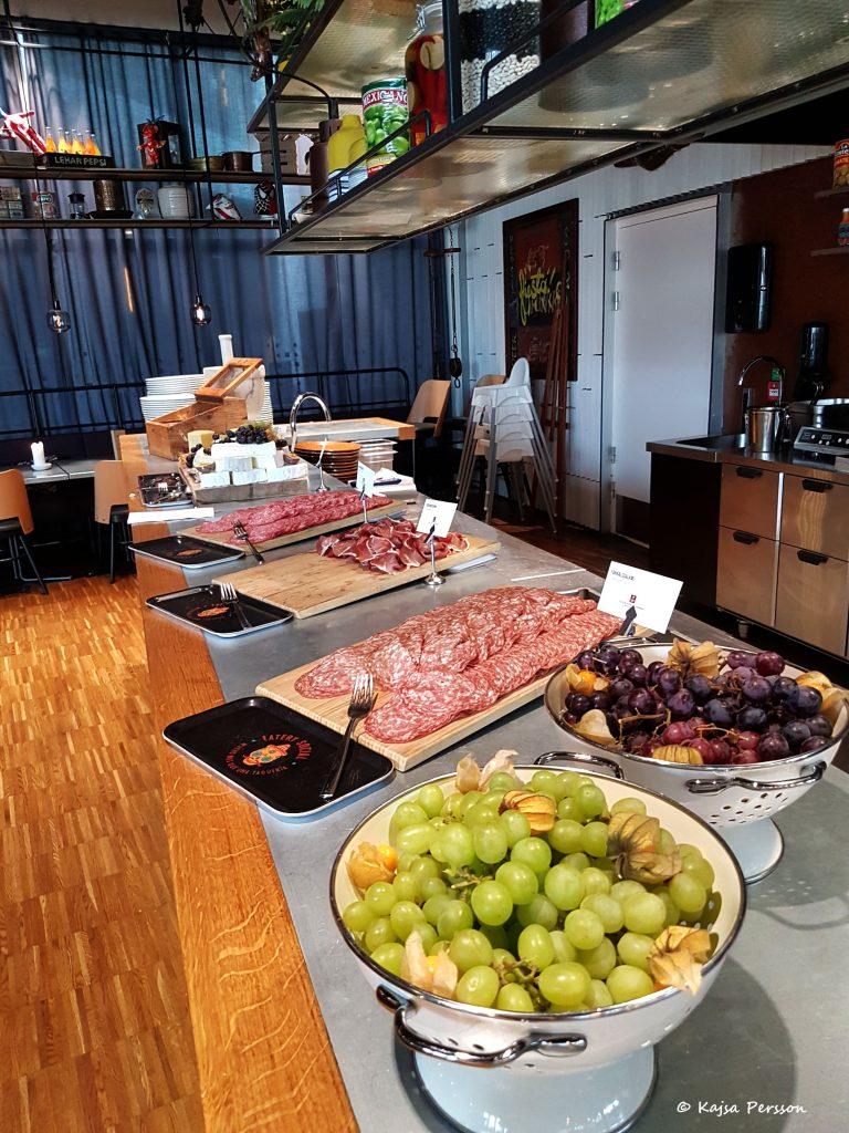 Ostbricka med Italiens chark och vindruvor hos Social eatary