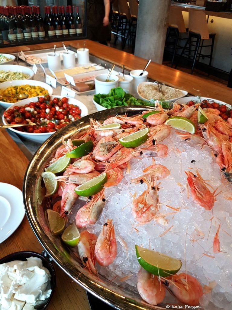 Räkor på is i en stor skål på buffé bordet hos Social eatary