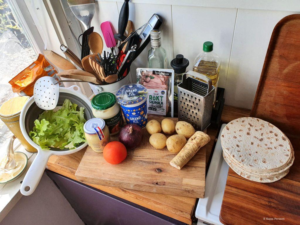 Ingredienser till tunnbrödsrullar som picknickmat