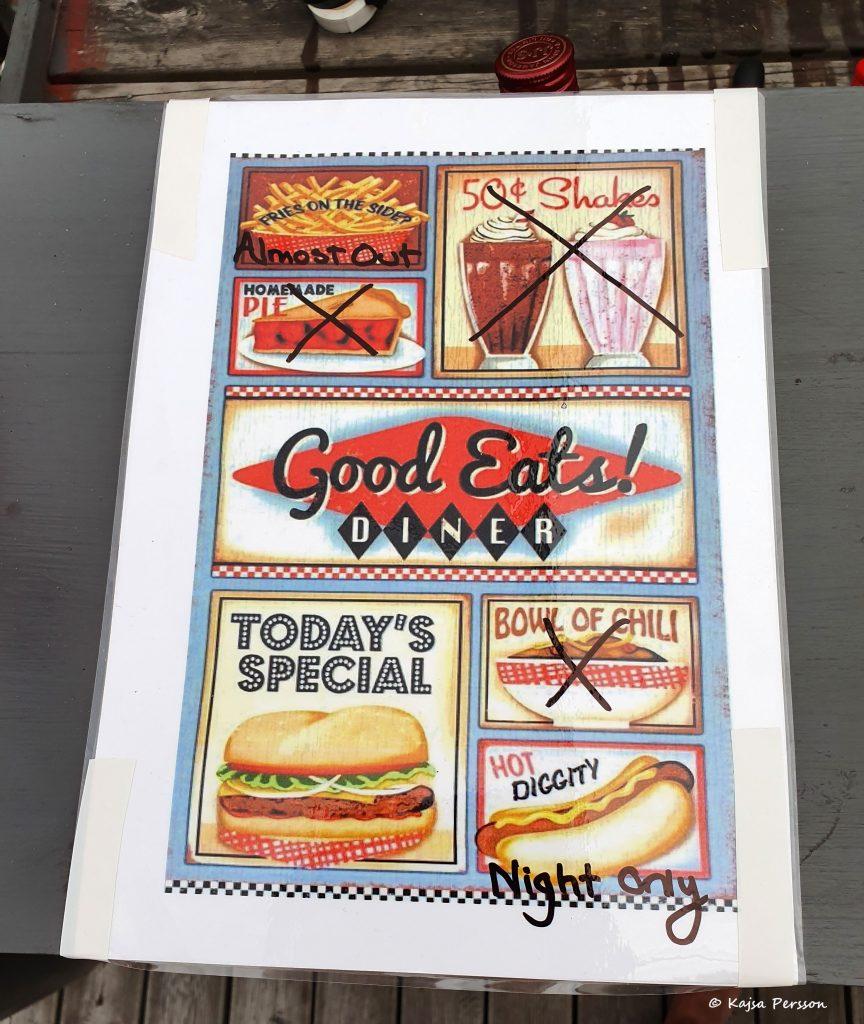 50 tals Burger meny från en diner med överstrykning på mat som inte serveras