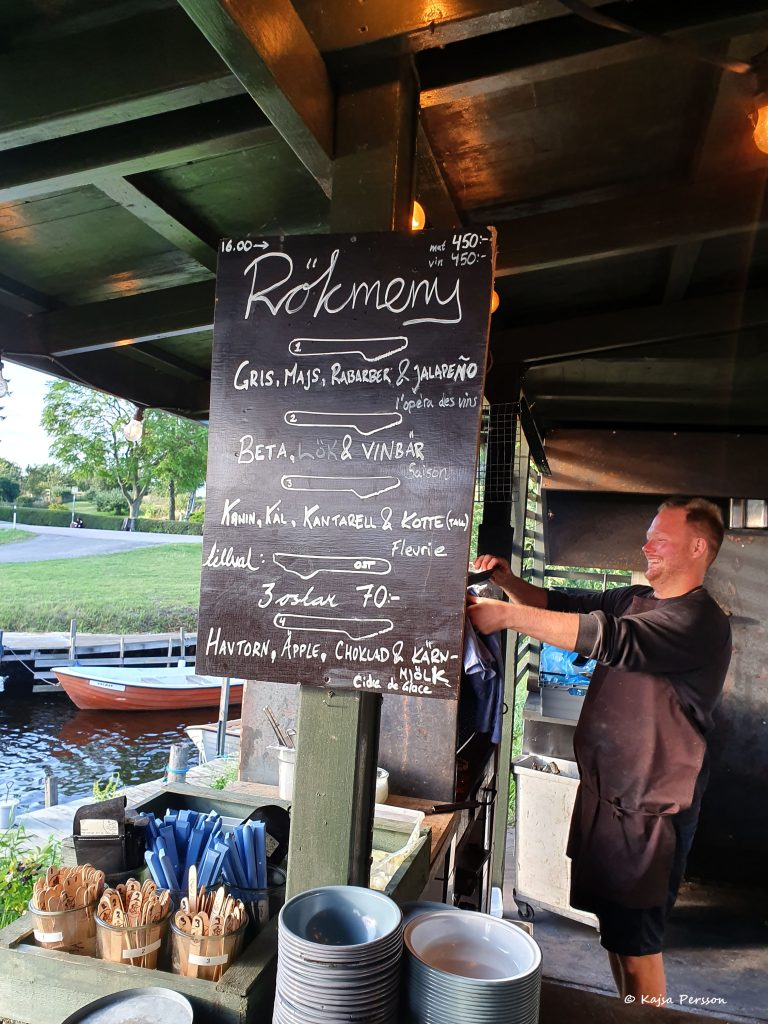 Grillköket bredvid en småbåtshamn och en glad grillkock på Hörte Brygga