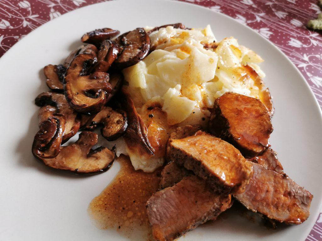 Potatisgratäng, lammfilé stekta champinjoner och skysås