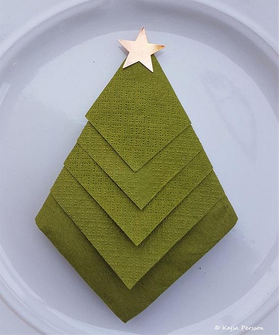 Vik servetten som gran till din juldukning