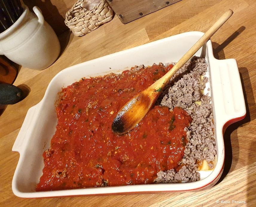 Ett lager tomatsås på vår Lasagne