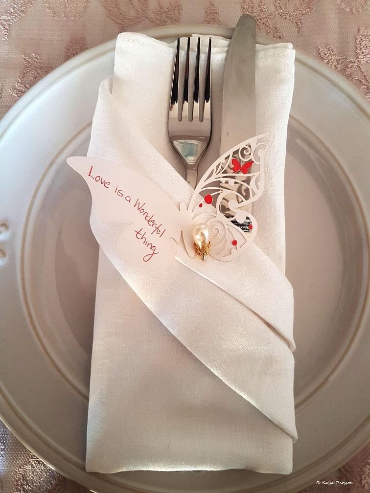 Alla hjärtans dags dukning med vackert vikt servett med kärlekfullt meddelande